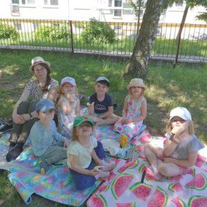 Piknik i zabawy w ogrodzie